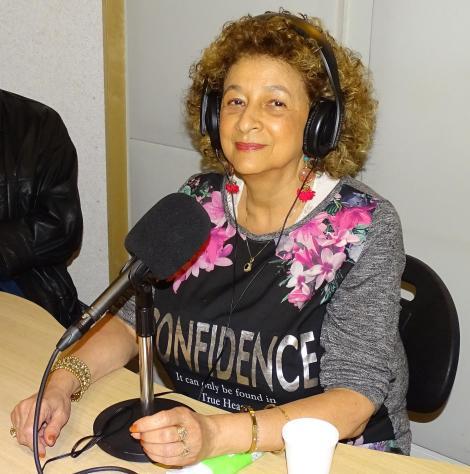 Tara Oedayraj Singh Varma bij St. Bondru FM (Bondru FM Omroep) in Amsterdam. Foto HellenJGill2015.