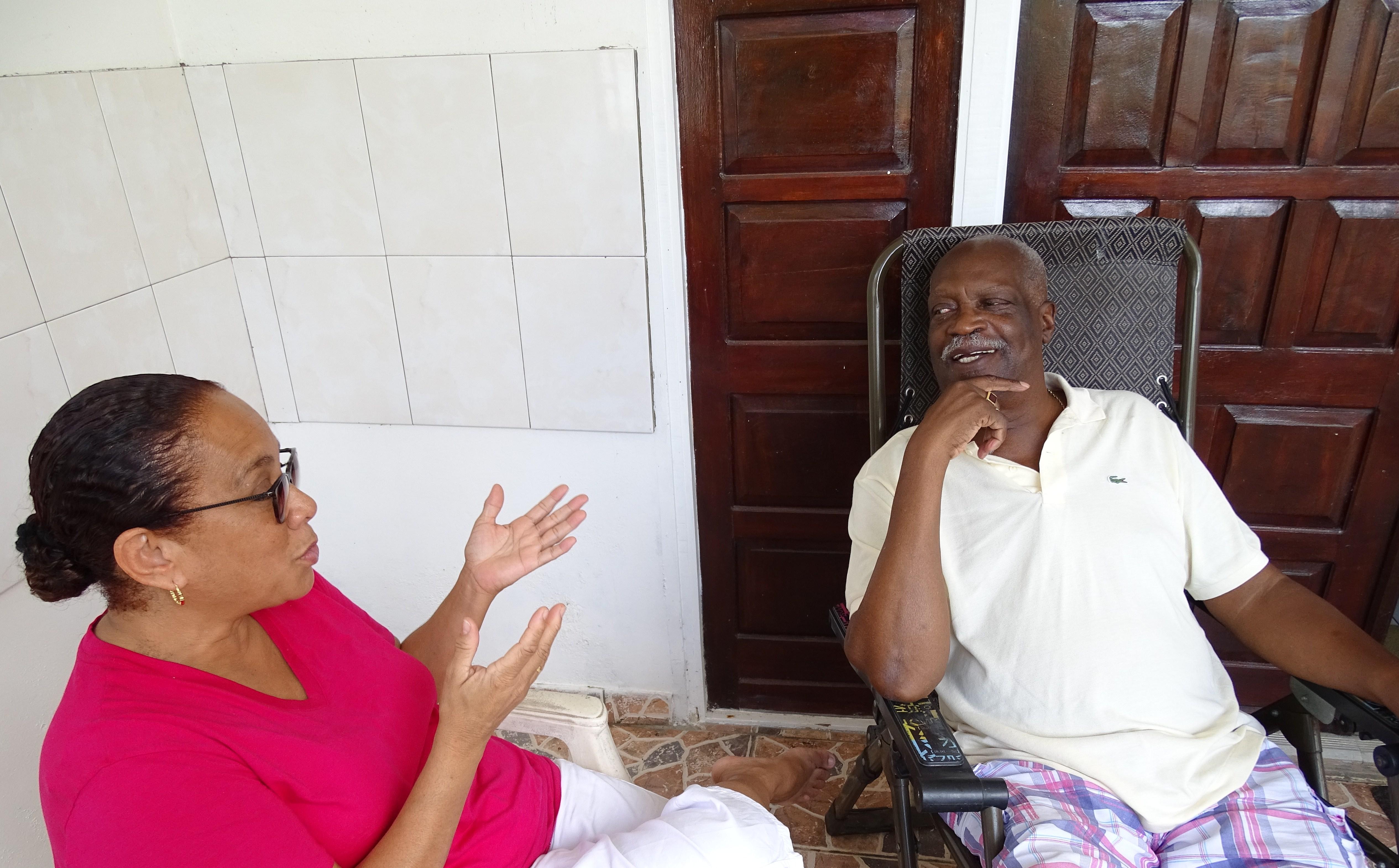 mw Carla Bakboord interviewt dhr Franklin M Pinas, Statenlid en rechterhand van premier Johan Adolf Pengel (Suriname)
