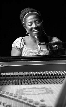 Liesbeth Peroti Musicoloog, Theatermaker, Vocalist, Pianist, Ondernemer.