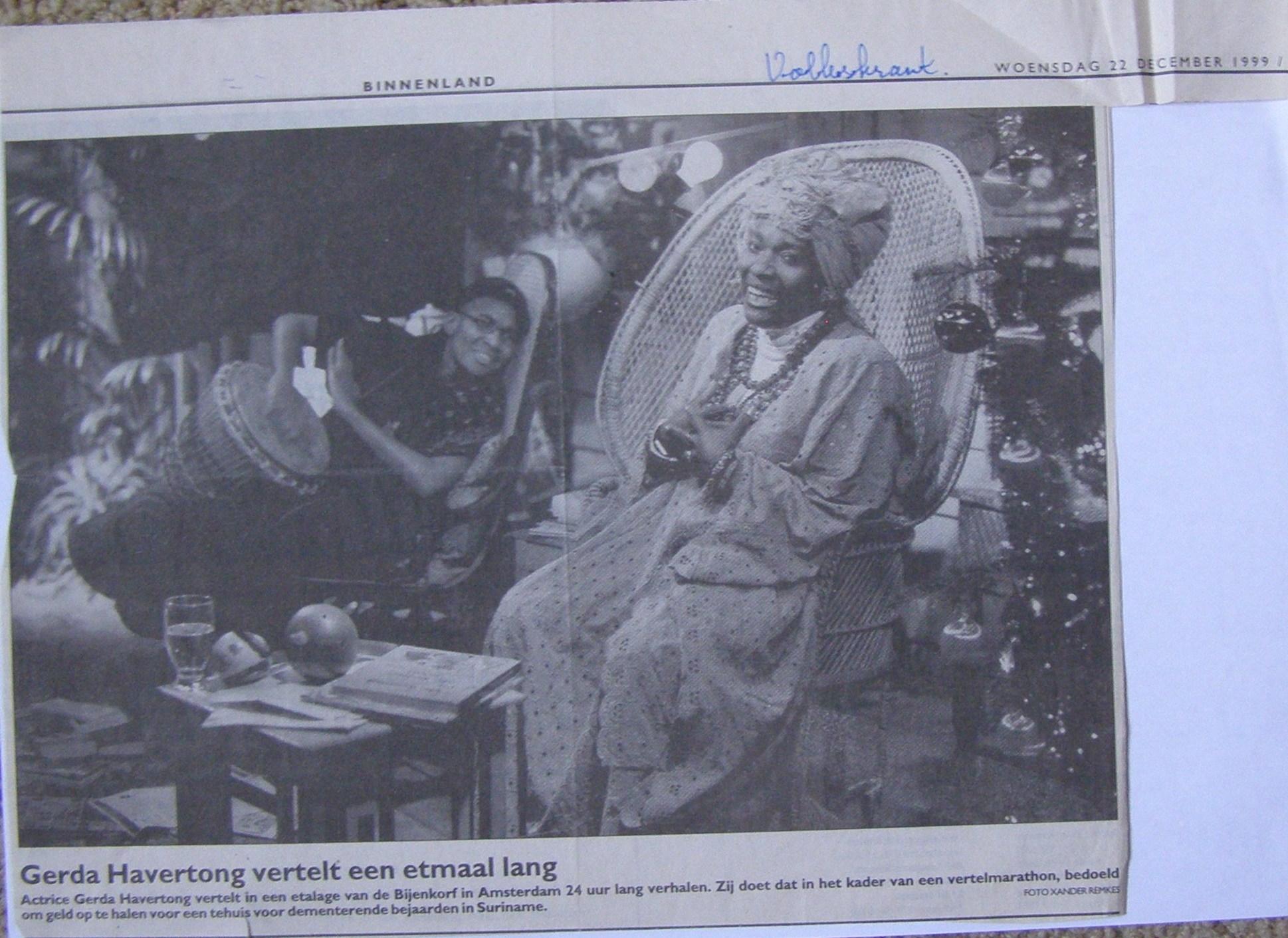Gerda Havertong vertelt 24 uur lang in de etalage van de Bijenkorf, met diverse artiesten, waaronder Hellen Jeanette Gill.